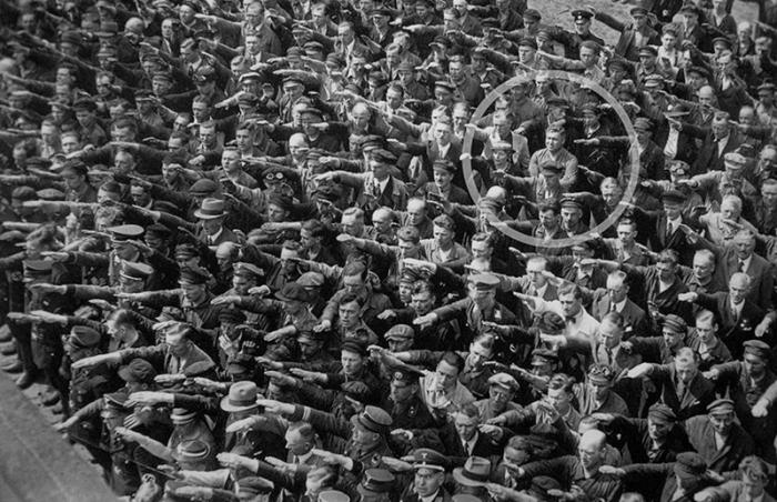 A-lone-man-refusing-to-do-the-Nazi-salute-19361.jpg